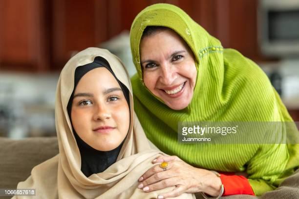 イスラム教徒の成熟した女性が若い娘とポーズ - イラン人 ストックフォトと画像