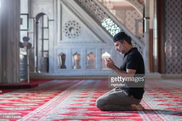 muslimische männer beten in moschee - allah stock-fotos und bilder
