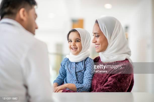 健康診断の予定でイスラム教徒の母と娘 - イラン人 ストックフォトと画像