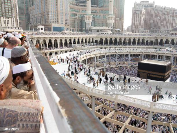 muslim people praying in kaaba - kaaba fotografías e imágenes de stock