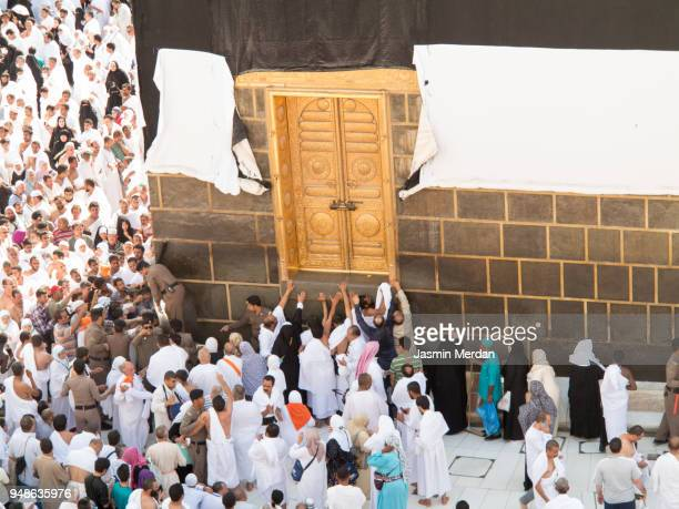 muslim people praying in kaaba - kaaba photos et images de collection