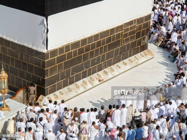 muslim people praying in kaaba - 巡礼 ストックフォトと画像