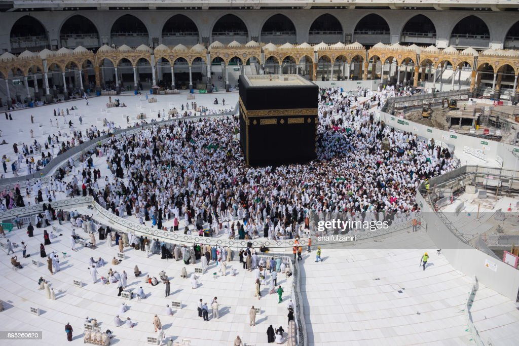 "Muslim pilgrims circumambulate or ""tawaf"" the Kaabah after Subuh Prayer at Masjidil Haram : Foto de stock"