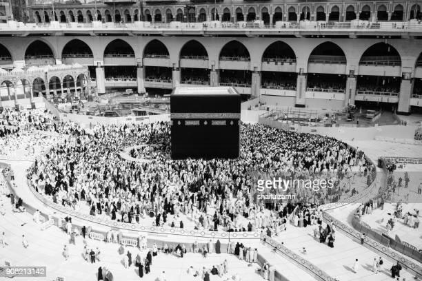 "muslim pilgrims circumambulate or ""tawaf"" the kaabah after subuh prayer at masjidil haram, makkah, saudi arabia. - shaifulzamri bildbanksfoton och bilder"