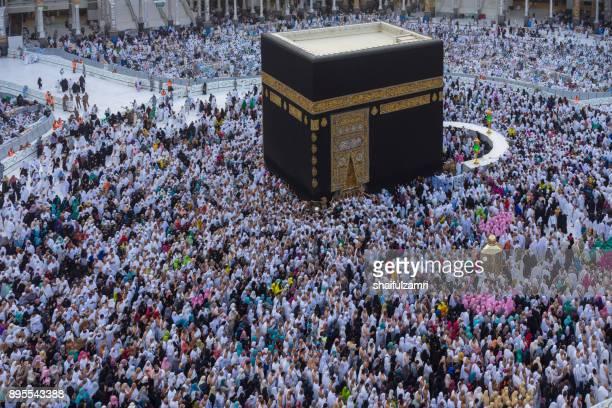 """muslim pilgrims circumambulate or """"tawaf"""" the kaabah - shaifulzamri photos et images de collection"""