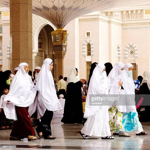muslimische pilger, medina, saudi-arabien - hajj stock-fotos und bilder