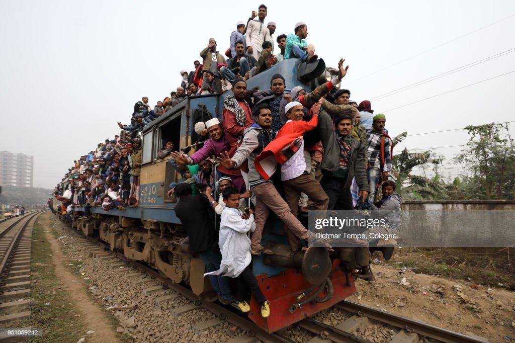 Muslim pilgrims return from the Bishwa Ijtema, Bangladesh : Stock-Foto