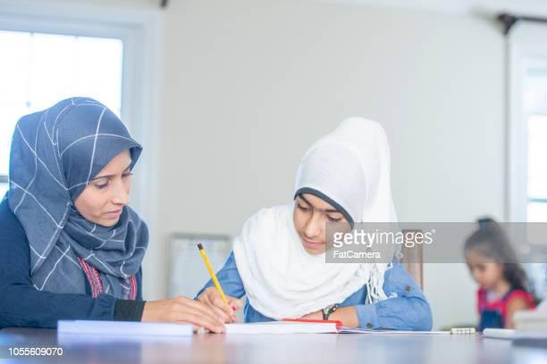Moslim pre-teen meisje leren schrijven