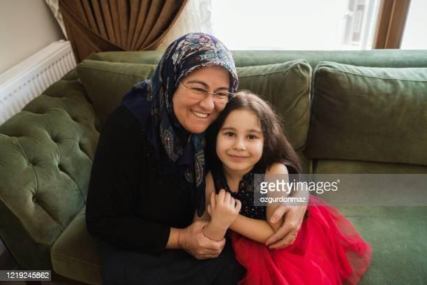femme aînée musulmane avec sa petite-fille - bonne fete de ramadan photos et images de collection