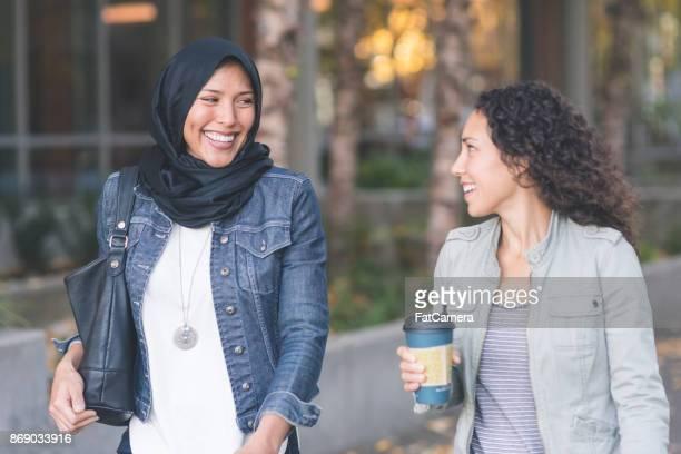 Een Moslimvrouw en haar vriend samen wandelen in de stad