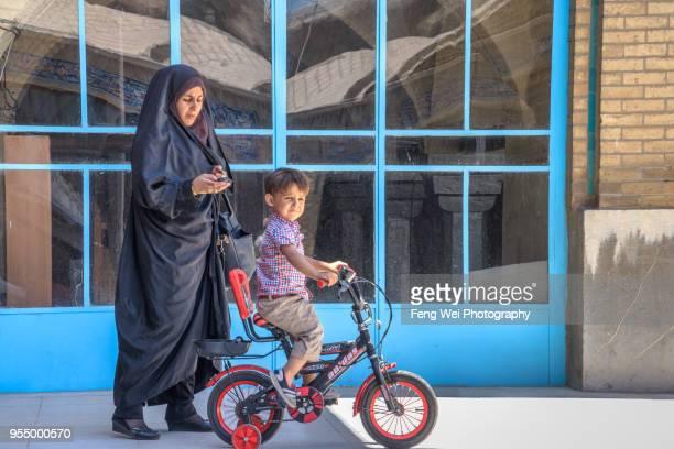 muslim woman & child, grand bazaar, isfahan, iran - エスファハーン グランドバザール ストックフォトと画像