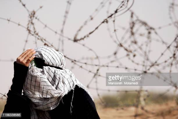 muslim woman is crying - cultura palestinese foto e immagini stock