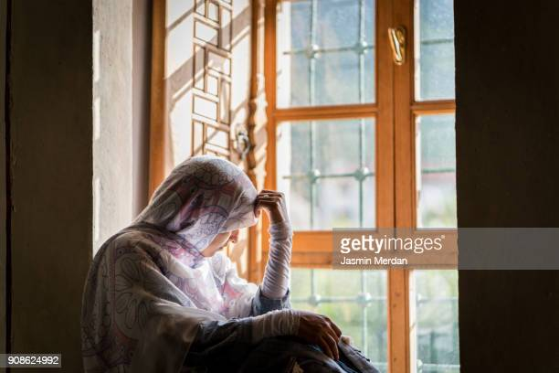 muslim woman - refugee stock pictures, royalty-free photos & images