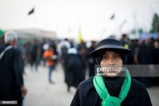 muslim woman portrait on street - arbaeen - fotografias e filmes do acervo