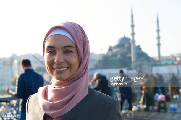 muslimische frau portrait - moschee stock-fotos und bilder