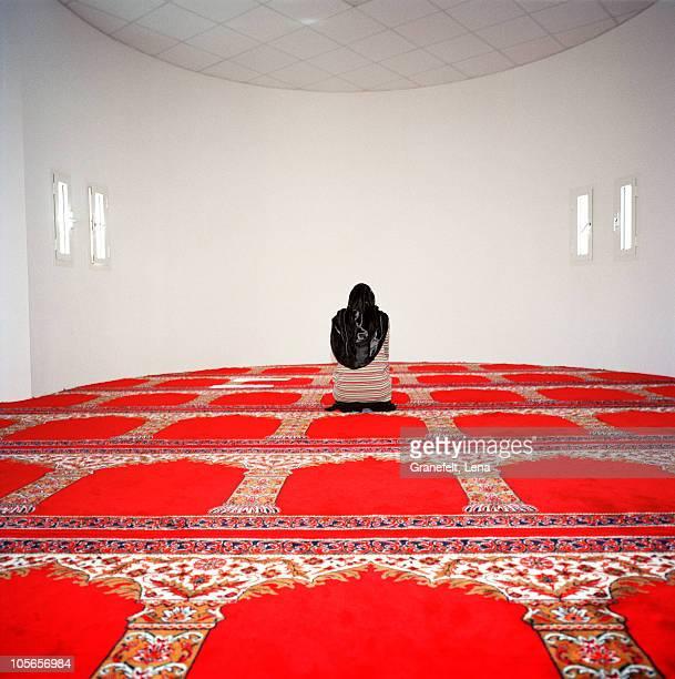 muslim woman praying - mulher orando de joelhos imagens e fotografias de stock