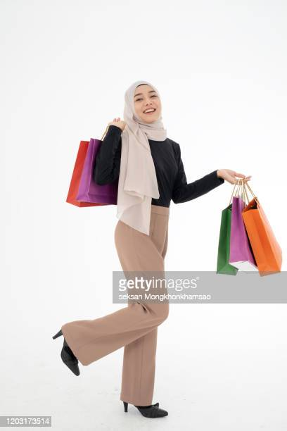 muslim woman with bags - modest clothing stock pictures, royalty-free photos & images