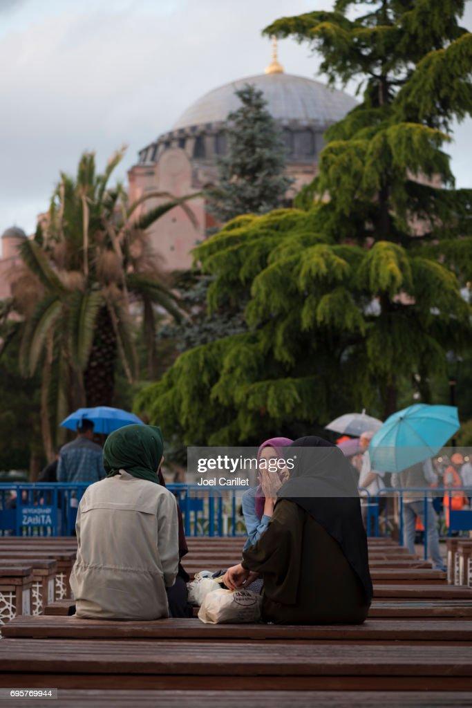 Muslim women in Istanbul waiting for iftar during Ramadan : Stock Photo