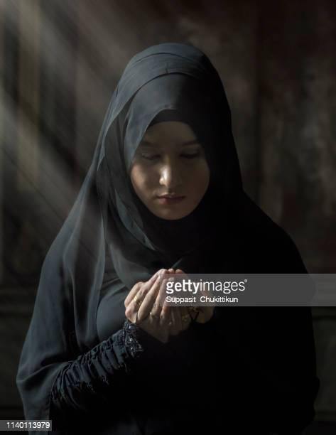 muslim women wearing black shirts. - hajj photos et images de collection