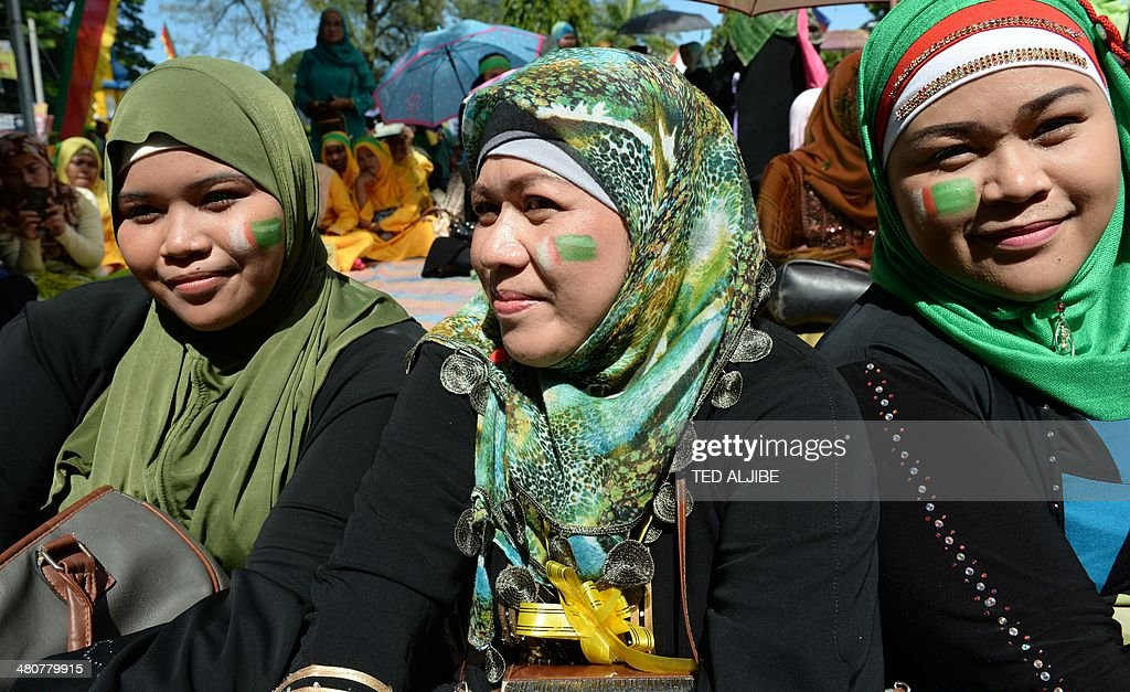 Muslim women with their faces painted with moro islamic liberation muslim women with their faces painted with moro islamic liberation front milf flag attend a rally in support of the peace agreement with the government in platinumwayz
