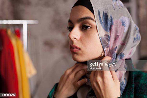 #muslimgirls hanging out - hijab - fotografias e filmes do acervo
