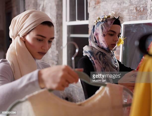 #muslimgirls hanging out - zurückhaltende kleidung stock-fotos und bilder