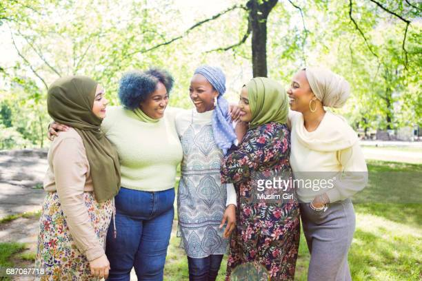 #muslimgirls hanging out together - large group of people photos et images de collection