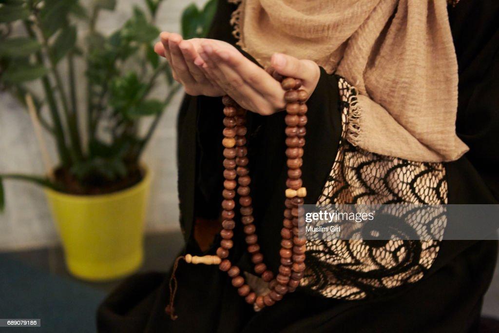#MuslimGirls Ramadan - Prayer Beads : Stock Photo