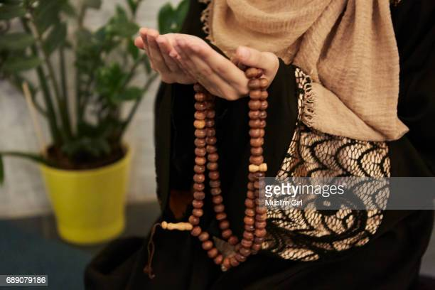 #muslimgirls ramadan - prayer beads - ramadã - fotografias e filmes do acervo
