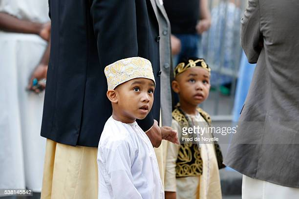 muslims at the paris great mosque on aïd el-fitr festival - kin in de hand stock pictures, royalty-free photos & images