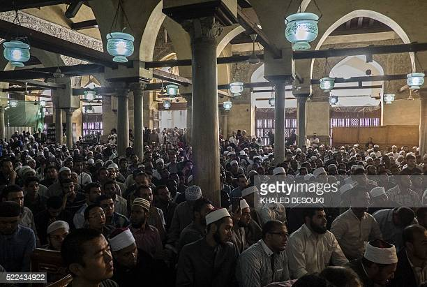Muslims of different nationalities attend a lecture at the alAzhar mosque in Cairo on April 19 2016 The traditional practice that has taken place for...