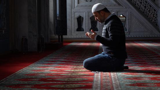 Muslims prayer in mosque 864378594
