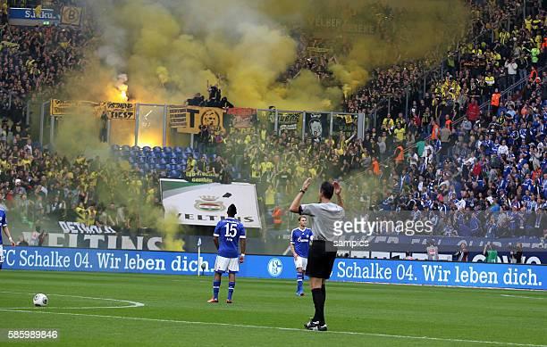 Musste wegen auschreitungen der Dortmunder Fans später von Schiedsrichter Knut Kircher anpfiffen das Ruhrpott Derby 1 Bundesliga Fussball Schalke 04...