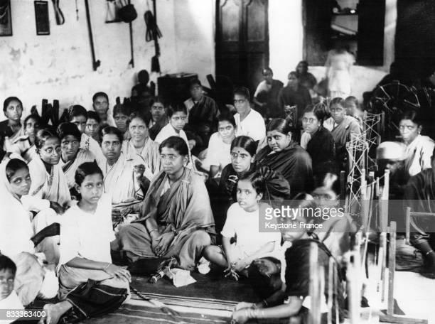 Muthulakshmi Reddi la première femme député photographiée parmi les jeunes filles venues participer au concours du rouet en Inde en février 1966