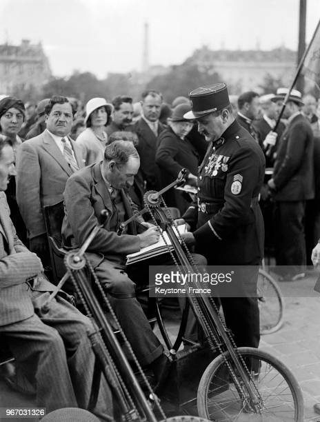 Mutilés de guerre devant la tombe du Soldat inconnu à Paris France le 14 juillet 1932