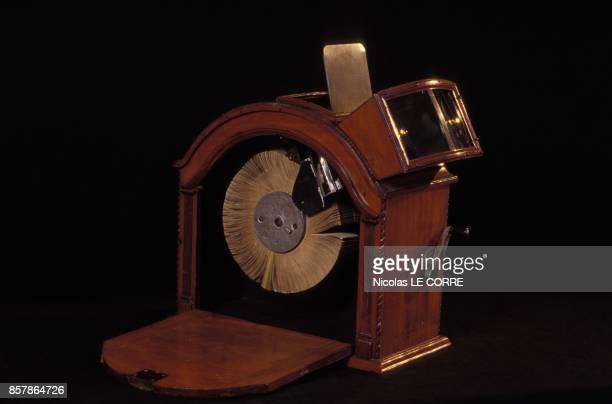 Mutoscope de 1897 appareil de projection individuel a la Cinematheque Francaise en avril 1994 a Paris France