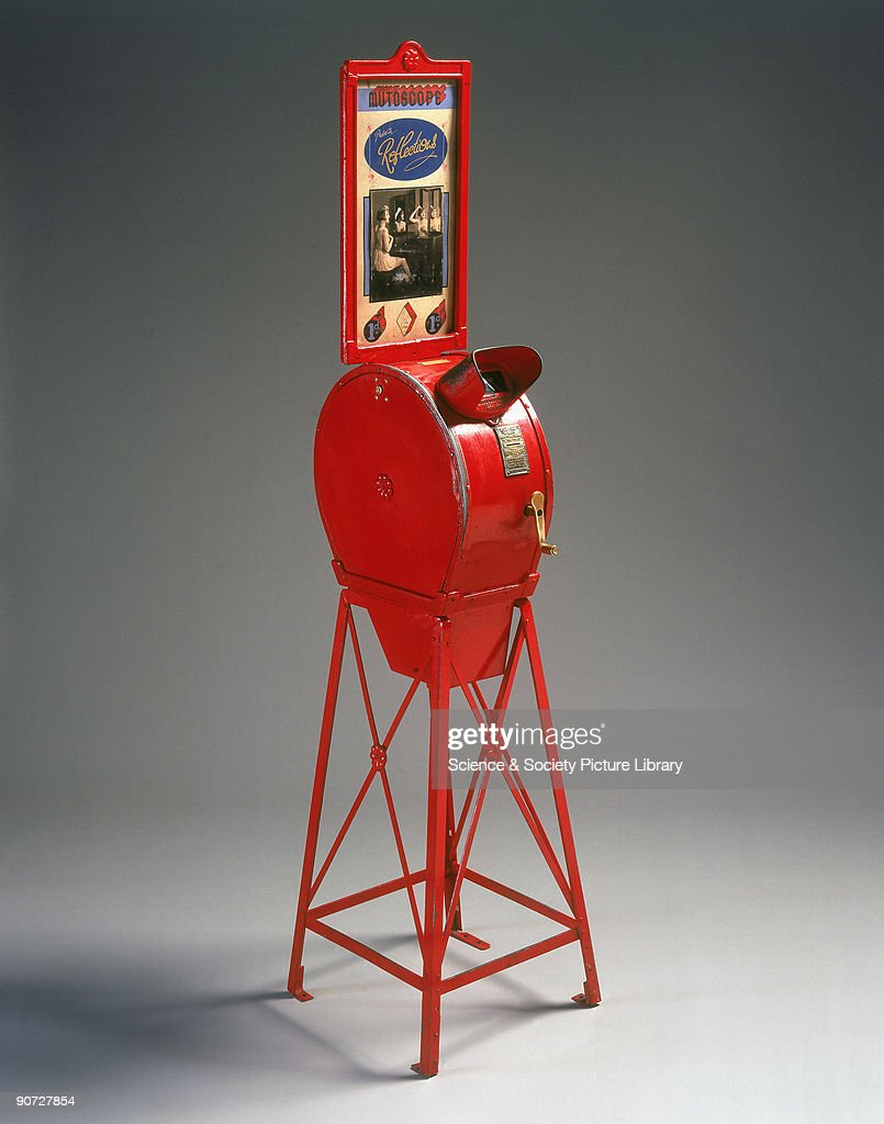 Amusement arcade mutoscope, c 1910. : News Photo