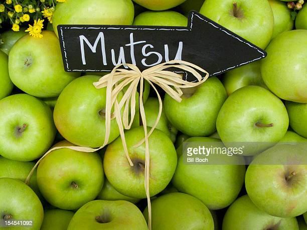 mutsu apples with sign - mutsu imagens e fotografias de stock