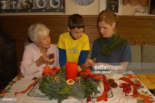 Mutter Maria Sebaldt Enkelsohn Julian Dante Tochter Katharina Freitag München Familie Enkel Sohn Tisch Kekse Adventskranz Kerze Advent Adventszeit...