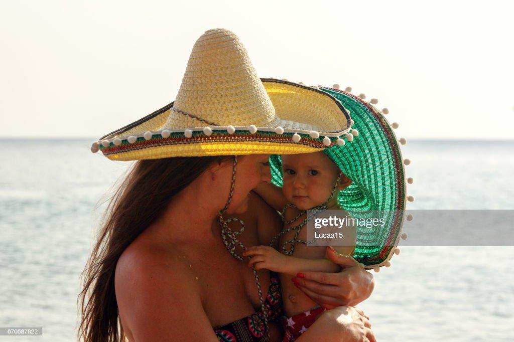 Mutter und Baby am Strand : Stock Photo
