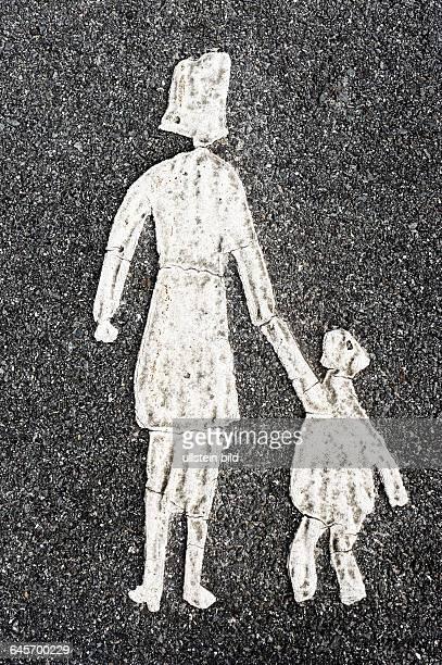 Mutter und Kind, Markierung auf einem Gehweg