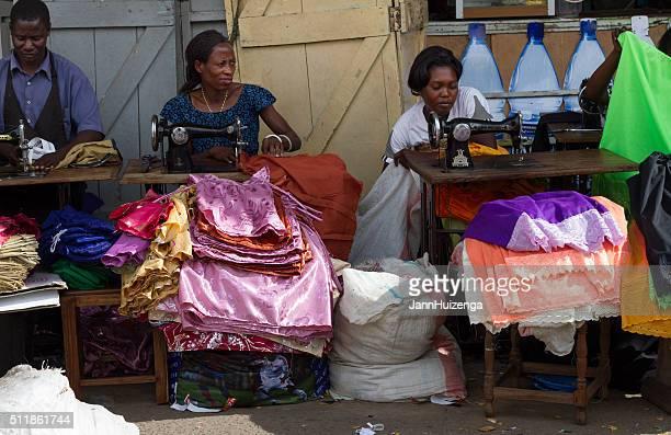 Mwanza, Tanzanie;  : Vêtement travailleurs couture sur le trottoir