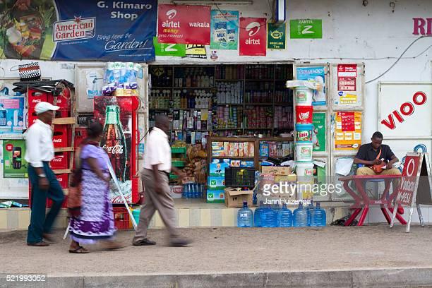 ムワンザ、タンザニア:歩行ウォークで小さなショップ