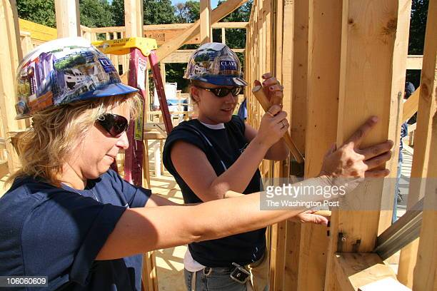 September 20 2006 CREDIT James M Thresher / TWP Burtonsville MD Construction of homes for a new Habitat for Humanity community the first set of 12...