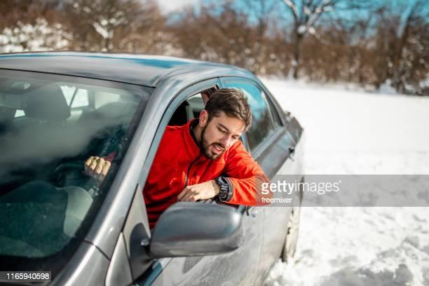 私の車は雪の中で立ち往生している - 埋まる ストックフォトと画像