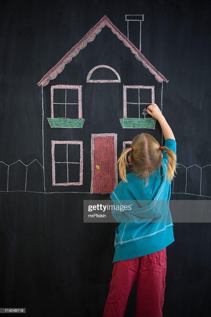 My Dream Home – Mädchen Zeichnung auf Tafel : Stock-Foto