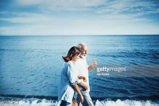mi abuelo siempre decía que la vida es como un mar. - pareja hombre mayor y mujer joven fotografías e imágenes de stock