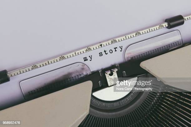 my story text typed on vintage typewriter - authors photos et images de collection