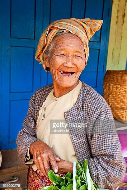 MMR Myanmar Burma Birma Bauernmarkt in Pwe Hla Obst Gemuese Fleisch Fisch markt Markststand Verkaefer Verkaueferin Rinder Aufnahmedatum2013 Asien...