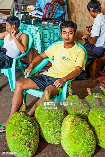 MMR Myanmar Burma Birma Yangoon Aufnahmedatum2013 Asien Reise Reiseziel Gemuesemarkt Thiri Mingaleay Markt Markstand Verkaufer Verkaeuferin Gemuese...